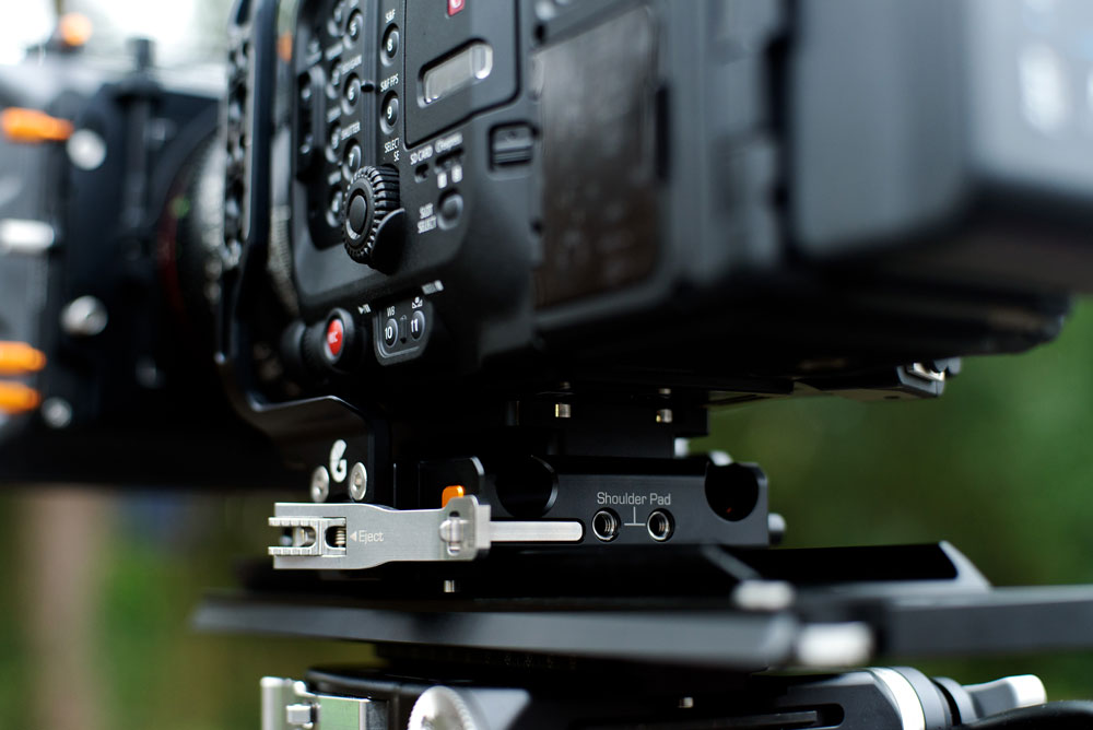 Patented Lift•UP system of the Left Field base plate allows for quick while secure sliding on ARRI-standard dovetails, and exceptionally quick vertical take off. See here on the Canon EOS C500 Mark II.