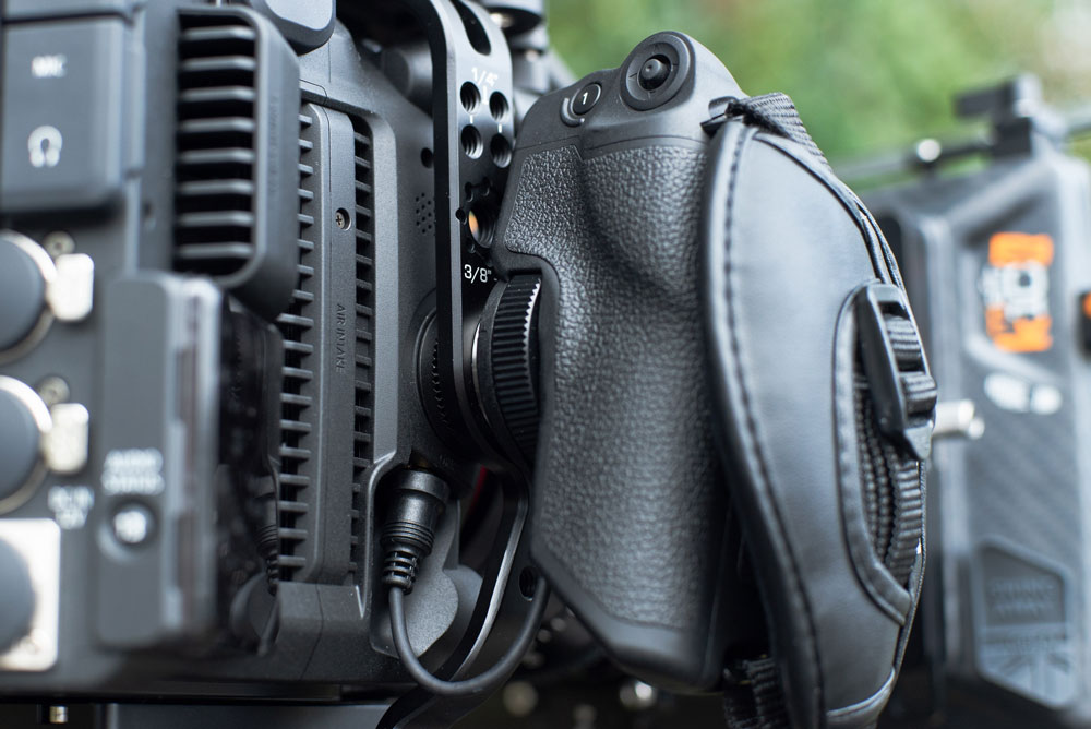 The EOS C500 Mark II Left Field Cage is ARRI dovetail compatible and has a rosette for the camera grip.EOS C500 Mark II.